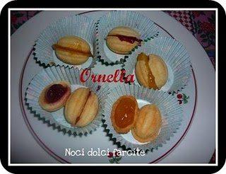 Biscotti a forma di noce farcite con marmellata