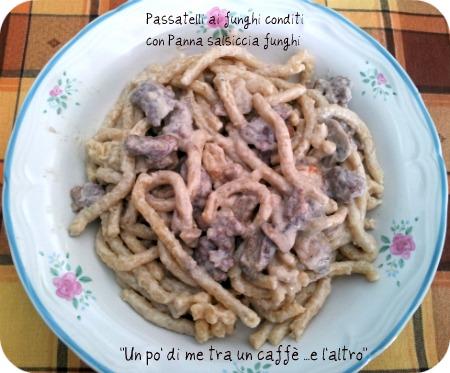 Passatelli asciutti con funghi nell'impasto, conditi con panna salsiccia e funghi