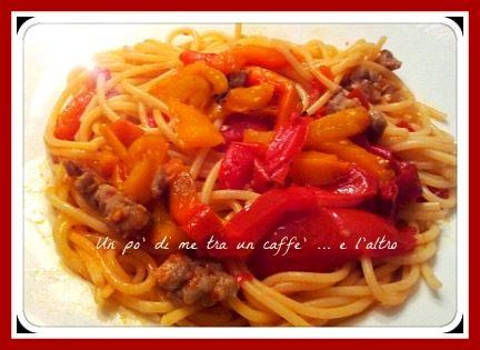 Spaghetti salsiccia, peperoni e pomodorini, ricetta primi piatti